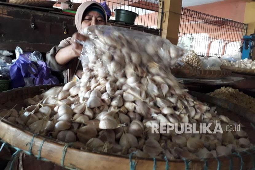 Pasokan bawang putih berkurang , jelang Imlek harga bawang putih naik, kata pedagang bawang Supri dan Daliyem di pasar Beringharjo Yogyakarta, Selasa (6/2).