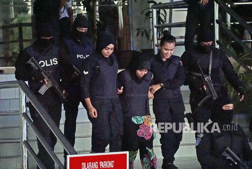 Pasukan bersenjata Polis Diraja Malaysia (PDRM) atau Special Task Force On Organised Crime (STAFOC) mengawal ketat terdakwa pembunuhan kakak tiri pemimpin Korea Utara Kim Jong Nam, Siti Aisyah (tengah) usai menjalani sidang di Mahkamah Tinggi Shah Alam, Kualalumpur, Malaysia, Selasa (23/1).
