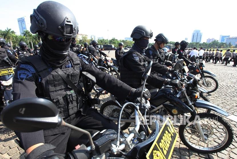 Pasukan gabungan membubarkan diri usai mengikuti Apel Gelar Pasukan Operasi Ramadniya 2017 di Lapangan Silang Monas, Jakarta Pusat, Senin (19/6).