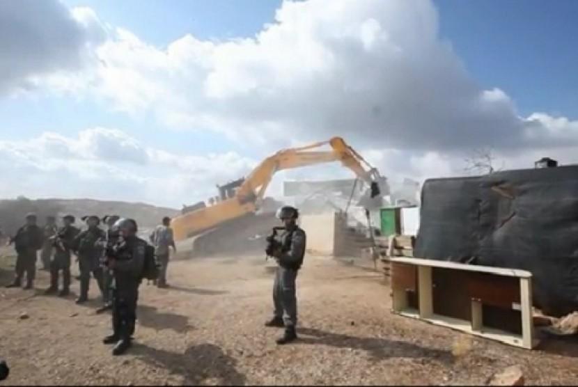 Pasukan Israel sedang menghancurkan rumah dan gedung di Desa Al-Araqib, Palestina.