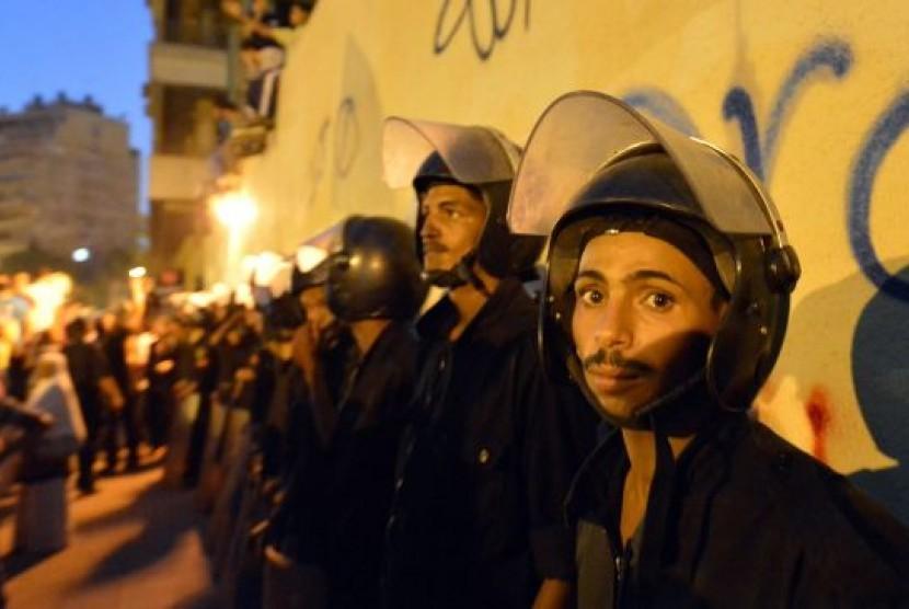 Pasukan Mesir berjaga di kedutaan besar AS Kairo saat demo film anti-islam