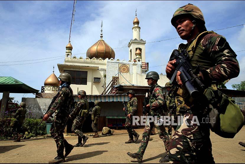 Pasukan pemerintah melintasi masjid di Marawi City, Filipina Selatan.
