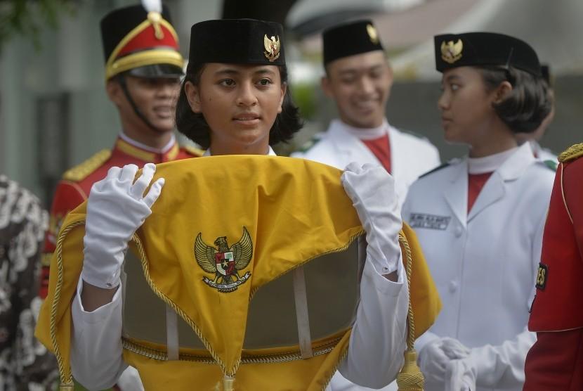Pasukan Pengibar Bendera Pusaka (Paskibraka) bersiap mengikuti gladi bersih Upacara Peringatan Detik-Detik Proklamasi Kemerdekaan Indonesia di Halaman Istana Merdeka, Jakarta, Senin (15/8).