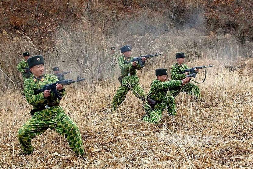 Pasukan Tentara Rakyat Korea Utara mengikuti latihan militer.