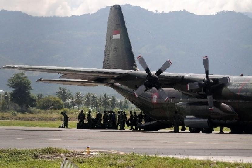 Pasukan TNI AD dari kesatuan intai tempur turun dari pesawat Hercules..