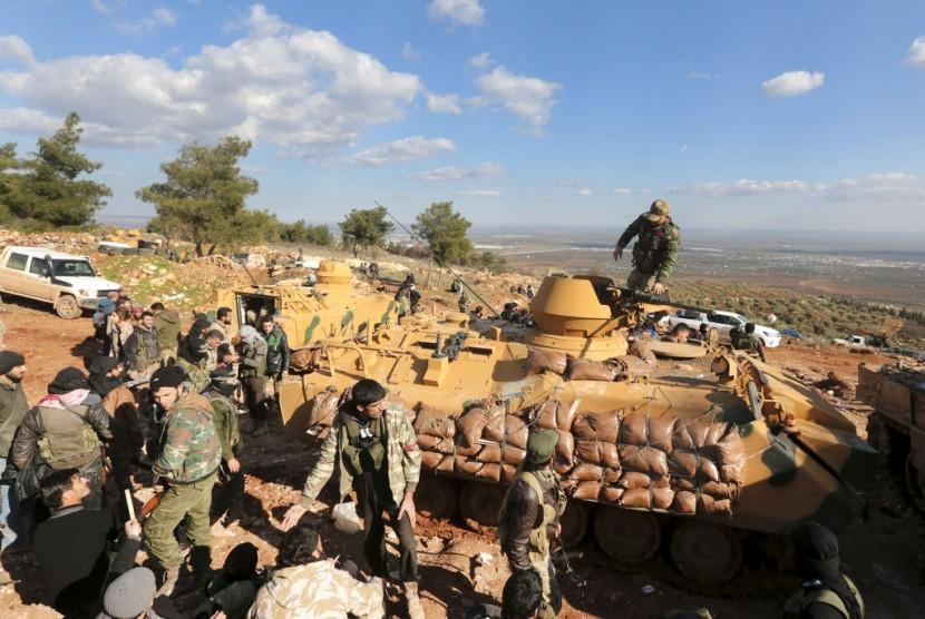 Pasukan Turki dan milisi Suriah pro-Turki mencoba mengambil alih bukit Bursayah yang memisahkan Afrin yang dikuasai Kurdi dengan Kota Azaz, Suriah yang dikuasai Turki, 28 Januari 2018. Hampir sebulan operasi militer Turki berlangsung di Afrin.