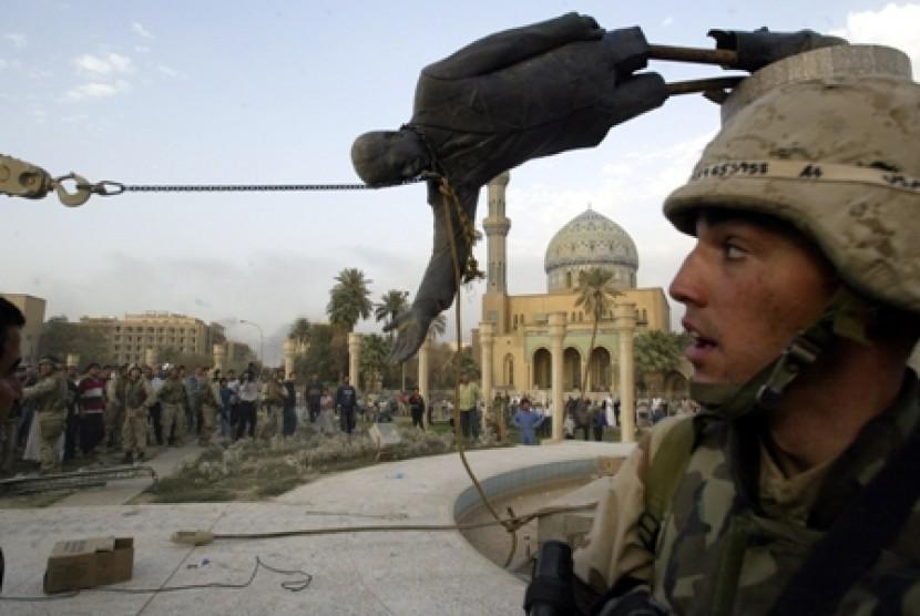 Patung Saddam diruntuhkan di Baghdad pada 2003