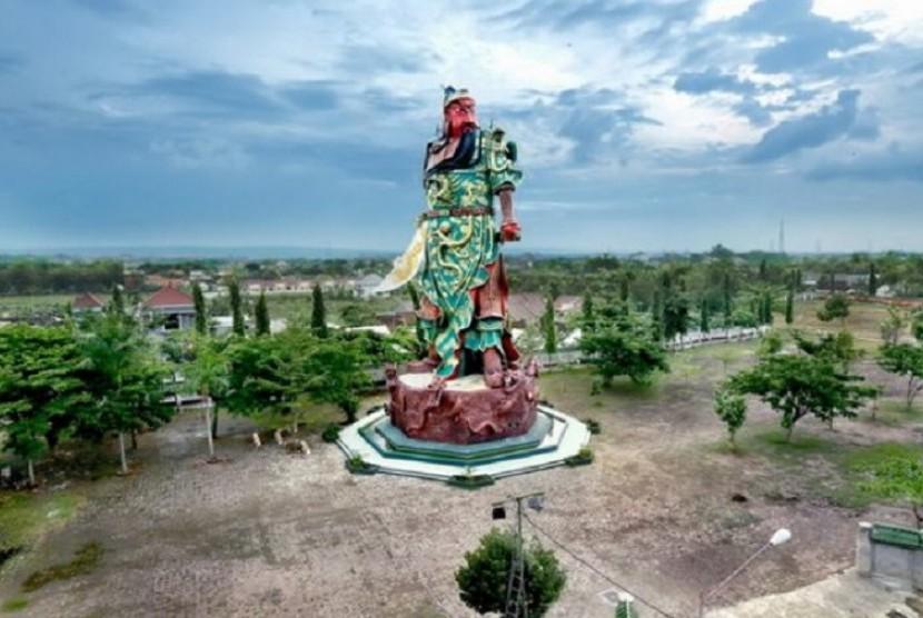 Patung Yang Mulia Kongco Kwan Sing Tee Koen di Tuban, Jawa Timur.