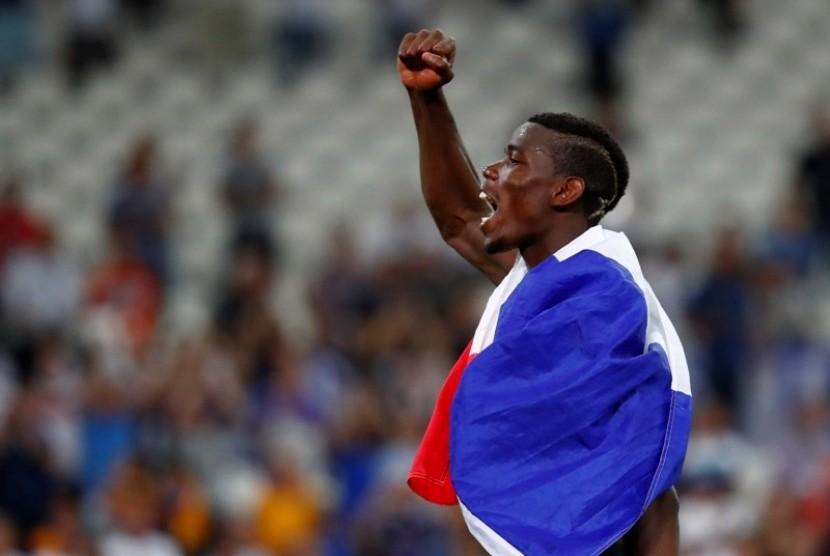 Paul Pogba bersama bendera Prancis.