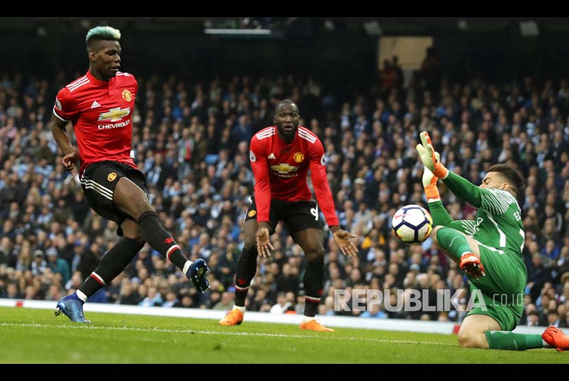 Paul Pogba mencetak gol pertama Manchester United ke gawang City pada laga derby Manchester di Etihad Stadium, Ahad (8/4) dini hari.