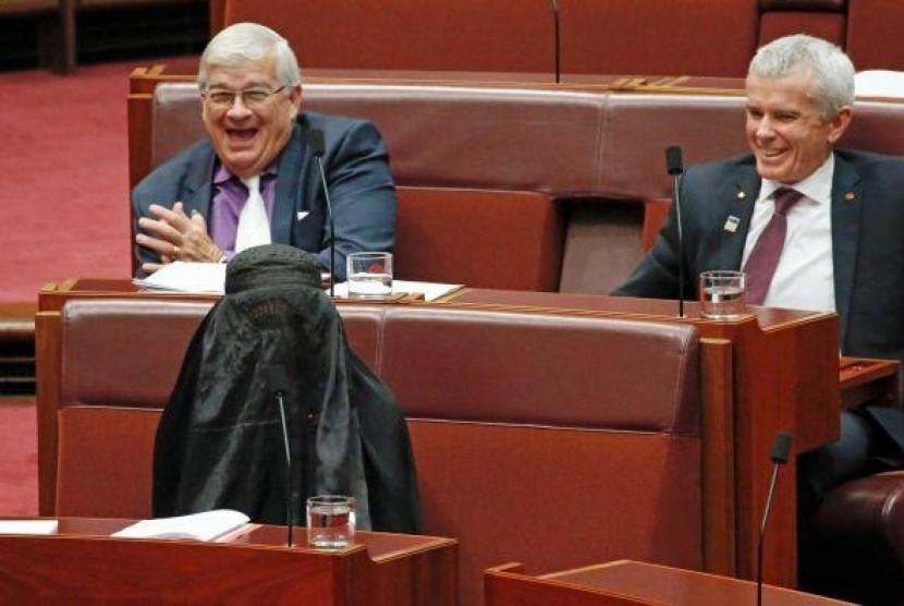 Pauline Hanson menggunakan burka di parlemen.