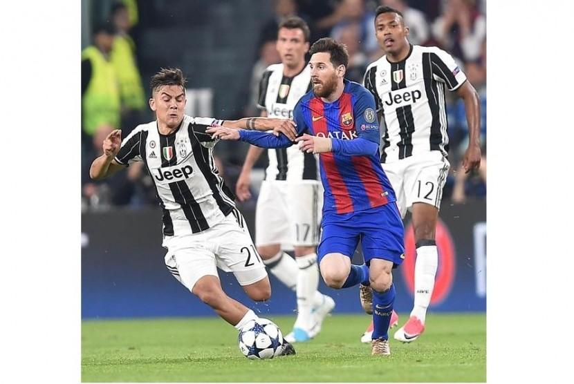 Paulo Dybala (kiri) saat berebut bola dengan Lionel Messi.