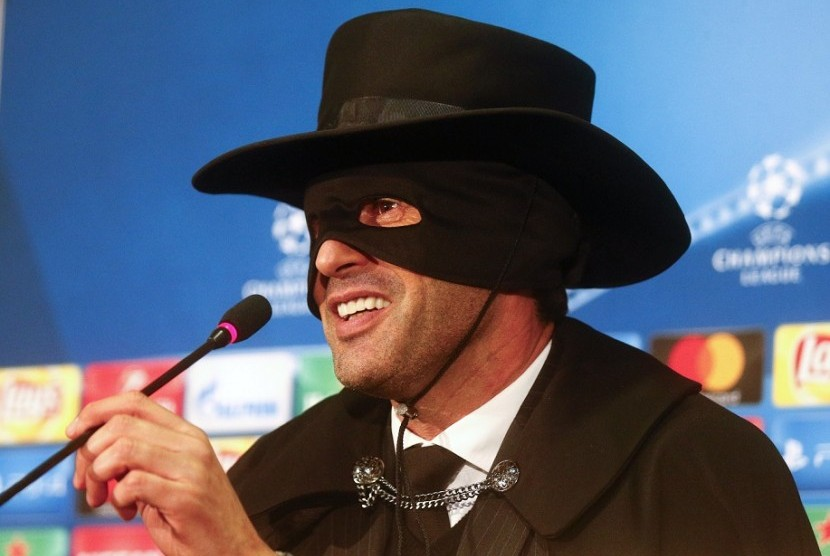 Paulo Fonseca, pelatih Shakhtar Donetsk yang mengenakan kostum Zorro usai timnya lolos ke babak 16 besar.