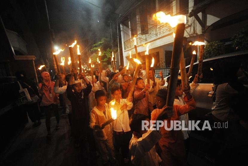 Pawai Obor. Anak-anak mengikuti pawai obor dalam menyambut Tahun Baru Islam 1 Muharam 1439 H di kawasan Cikini, Jakarta, Rabu (20/09). Tanggal 21 September menjadi awal tahun bagi penanggalan kalender 1439 Hijriah.
