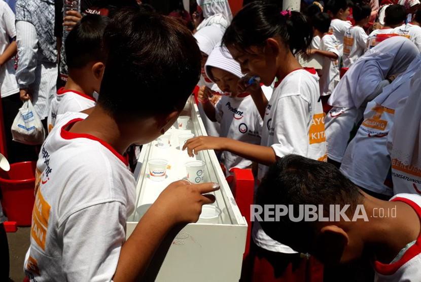 PB PDGI bersama PT Unilever Indonesia melalui Pepsodent memperingati Hari Kesehatan Gigi dan Mulut Sedunia 2018, pada Selasa (20/3). Para siswa dan siswi SDN Tebet Timur 01 Pagi turut berpartisipasi dalam kegiatan menyikat gigi yang dibimbing oleh para dokter gigi PB PDGI.