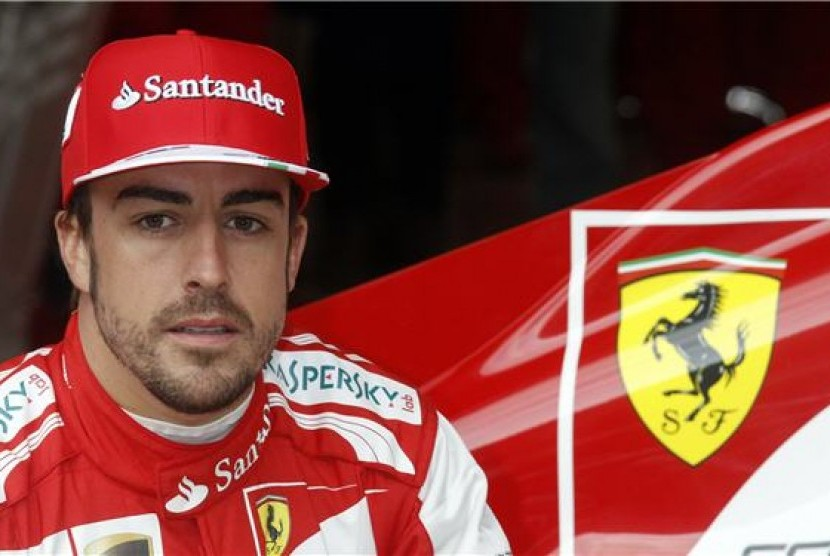 Pebalap Ferrari, Fernando Alonso, berpose di depan tunggangan barunya Ferrari F138 saat sesi latihan di Sirkuit De Catalunya, Montmelo, Spanyol, Selasa (19/2).
