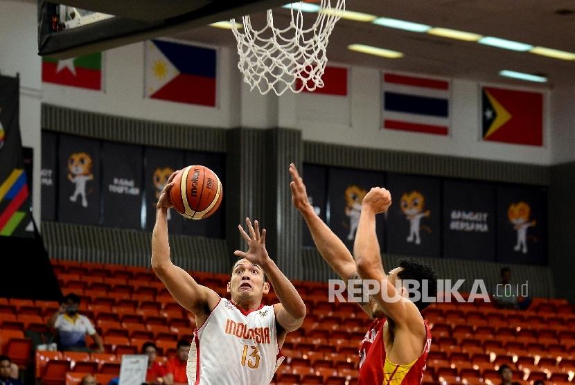Pebasket Indonesia Engulo Lopes mencoba menembak bola saat melawan Vietnam pada Sea Games 2017 di Kuala Lumpur, Malaysia, Ahad (20/8).
