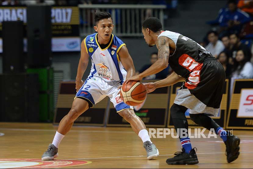 Pebasket Satria Muda Pertamina Hardianus Lakudu mengawal pebasket Stapac Jakarta saat Semi Final Perbasi Cup 2017 di Britama Arena, Jakarta Kamis (9/11) malam.