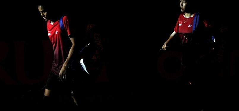 Pebulutangkis ganda campuran Indonesia Ahmad Tantowi (kiri) dan Liliyana Natsir (kanan) berjalan memasuki lapangan untuk bertanding melawan pebulutangkis China Zhang Nan dan Zhao Yunlei dalam pertandingan final Djarum Indonesia Open Super Series Premier 20