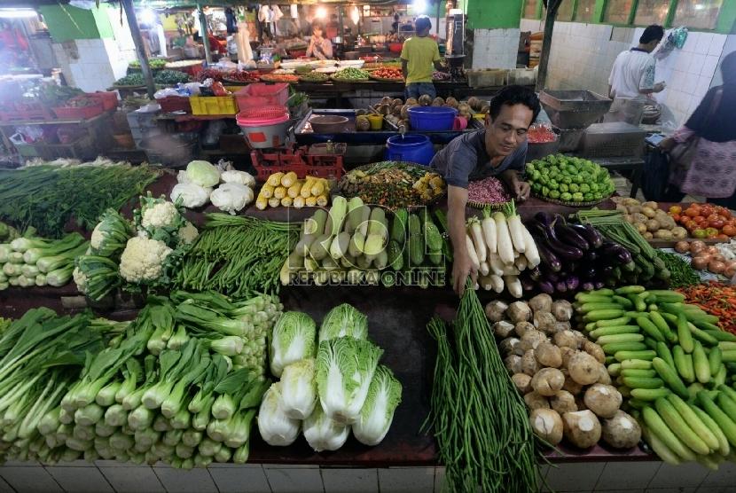 Pedagang bahan pokok menata dagangannya di Pasar Jatinegara, Jakarta, Selasa (20/1). ( Republika/Prayogi)