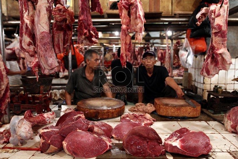 Pedagang daging sapi lokal di Pasar Senen, Jakarta Pusat, Selasa (6/8). (Republika/Adhi Wicaksono)
