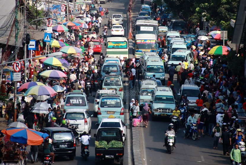 Pedagang kaki lima (PKL) kembali memenuhi badan jalan di Jalan Jatibaru kawasan pasar Tanah Abang, Jakarta Pusat, Ahad (8/6).  (Republika/Yasin Habibi)