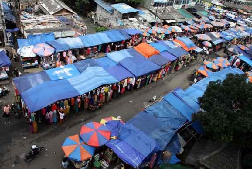 Pedagang Kaki Lima (PKL) memadati jalanan di Pasar Tanah Abang, Jakarta Pusat.