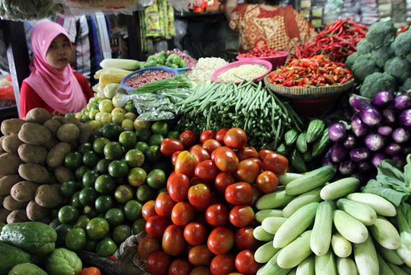 Pedagang melayani pembeli kebutuhan pokok di pasar tradisional. Harga bahan pangan masih akan menjadi penyumbang inflasi pada 2018. ilustrasi