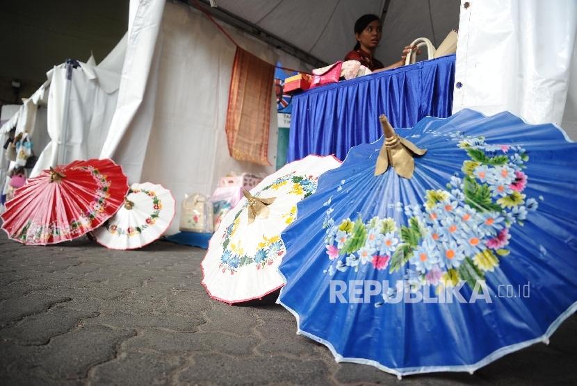 Pedagang mempersiapkan barang saat di gelar bazar UMKM di stasiun Gambir, Jakarta, Rabu (28\12).