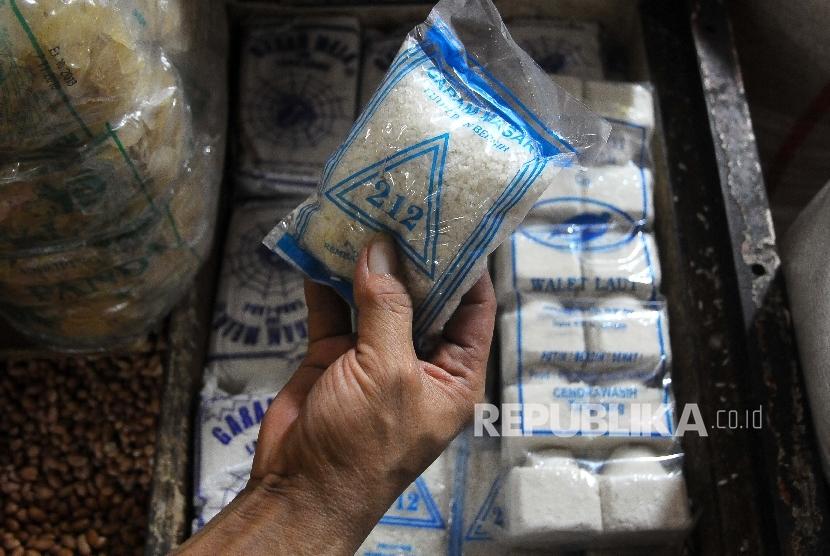 Pedagang menunjukan garam dagangannya (ilustrasi)