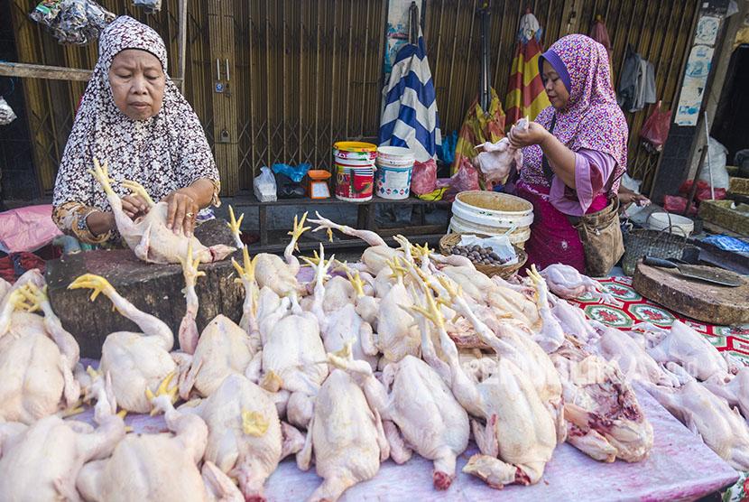 Pedagang menyiapkan ayam yang dijualnya di Pasar Kodim, Kota Pekanbaru, Riau, Jumat (25/5).