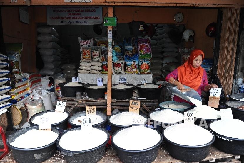 Pedagang sedang menata beras pada kios, Jakarta (ilustrasi).