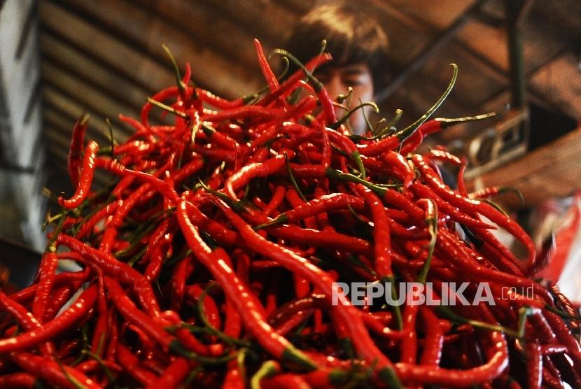 Pedagang sedang mengatur dagangan cabai merah keriting di salah satu pasar tradisional, Jakarta, Senin (21\1).