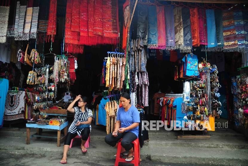Pedagang sovenir khas Danau Toba menunggu wisatawan di Desa Wiata Tomok, Samosir, Sumatra Utara, Senin (22/8).