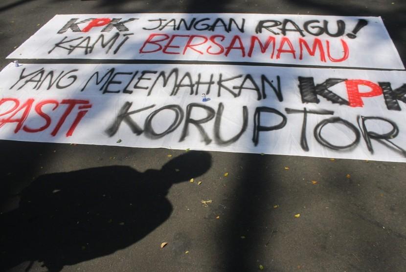 Pegiat anti korupsi membawa poster saat berunjuk rasa di depan gedung DPRD, Malang, Jawa Timur, Selasa (25/7). Mereka menuntut Ketua DPR Setyo Novanto mundur dari jabatannya selepas ditetapkan menjadi tersangka kasus KTP-el.