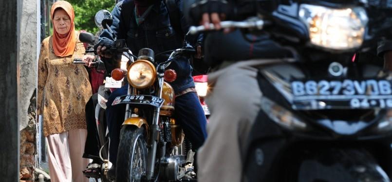 Polisi pengendara sepeda motor menggunakan trotoar untuk menghindari