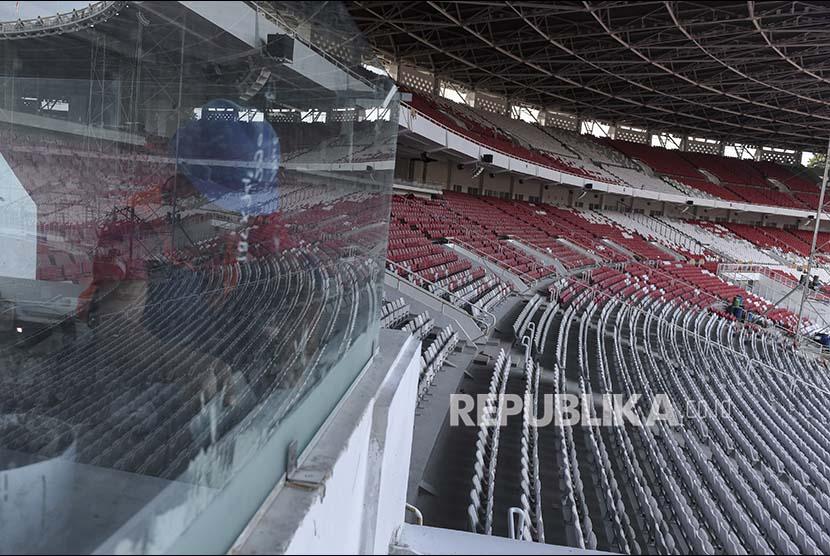 Pekerja membersihkan kaca dalam proyek renovasi Stadion Utama Gelora Bung Karno, Jakarta, Rabu (25/10). Renovasi stadion yang akan di gunakan pada ajang Asian Games 2018 itu telah mencapai 90 persen dan diperkirakan pada Februari 2018 sudah dapat digunakan untuk