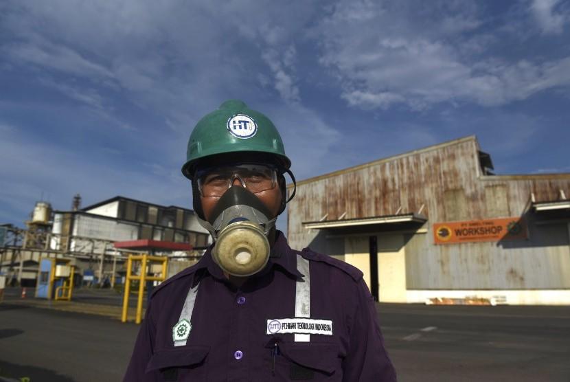 Pekerja beraktivitas di kawasan pabrik PT Smelting, Gresik, Jawa Timur, Jumat (17/3).
