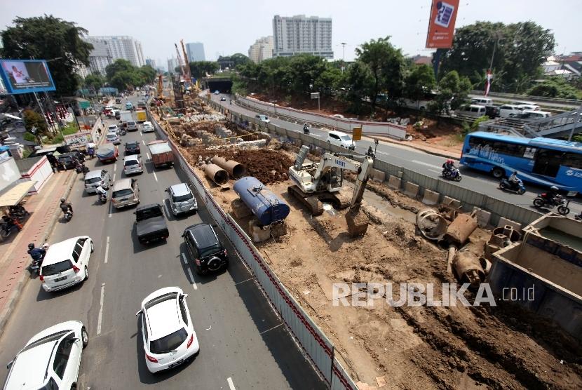 Pekerja beraktivitas di proyek pembangunan kereta ringan atau Light Rail Transit (LRT) Jakarta-Bogor-Depok-Bekasi (Jabodebek) di kawasan Cawang, Jakarta, Senin (7/8).