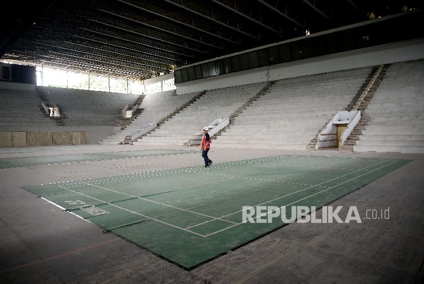 Pekerja beraktivitas saat berlangsungnya proses renovasi Istora Senayan,Jakarta, Ahad (26/3).