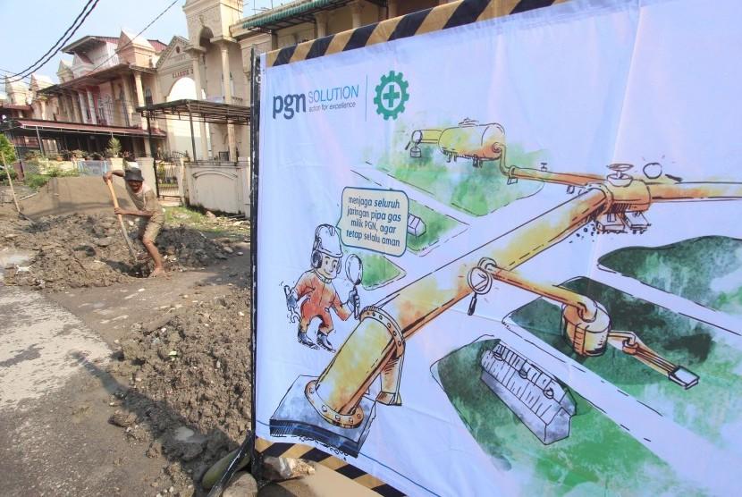 Pekerja dari PT Perusahaan Gas Negara (PGN) membangun saluran pipa gas rumah tangga di kawasan Kelurahan Tanjung Sari Medan, Sumatera Utara, Kamis (10/3).
