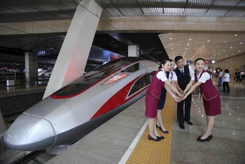 Pekerja kereta berpose di dekat CR400AF, kereta terbaru Cina dengan kecepatan 400 km/jam.