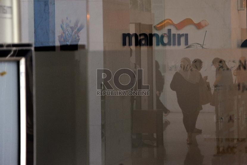 Pekerja melakukan aktifitas dikantor Bank Mandiri, Jakarta, Senin (19/10).