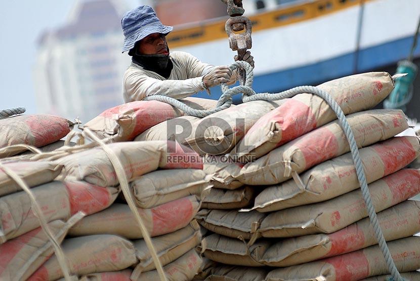 Pekerja melakukan aktivitas bongkar muat semen di Pelabuhan Sunda Kelapa, Jakarta,Rabu (19/2).