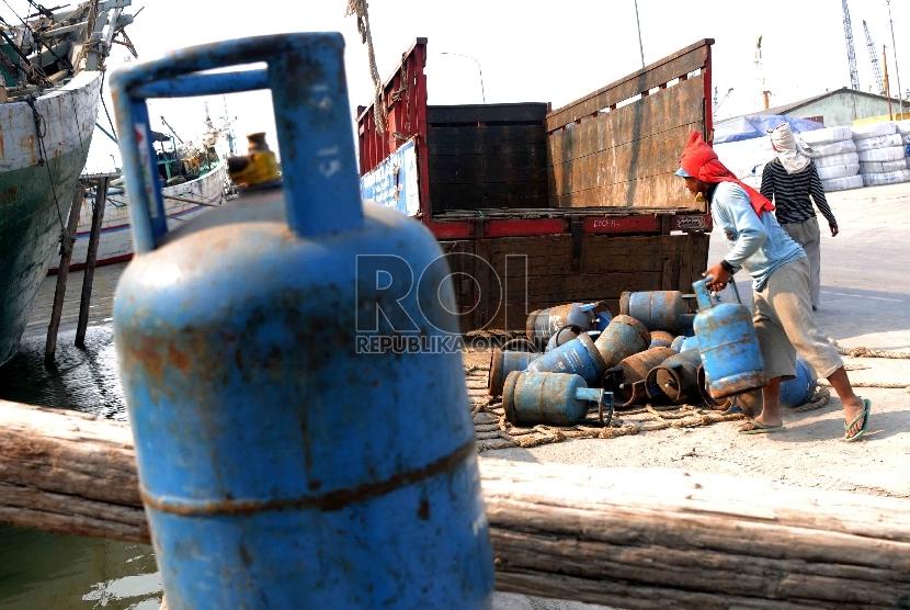 Pekerja melakukan proses bongkar muat gas tabung elpiji 12 kilogram di Pelabuhan Sunda Kelapa, Jakarta, Rabu (16/9).