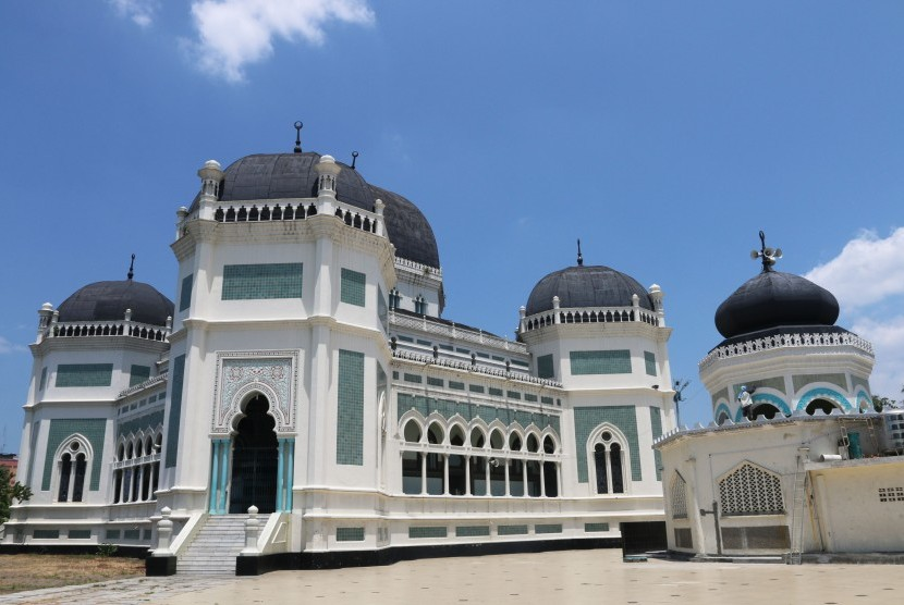 Pekerja melakukan proses perbaikan salah satu atap Masjid Raya Al Mashun, Medan, Sumatera Utara, Selasa(29/3).