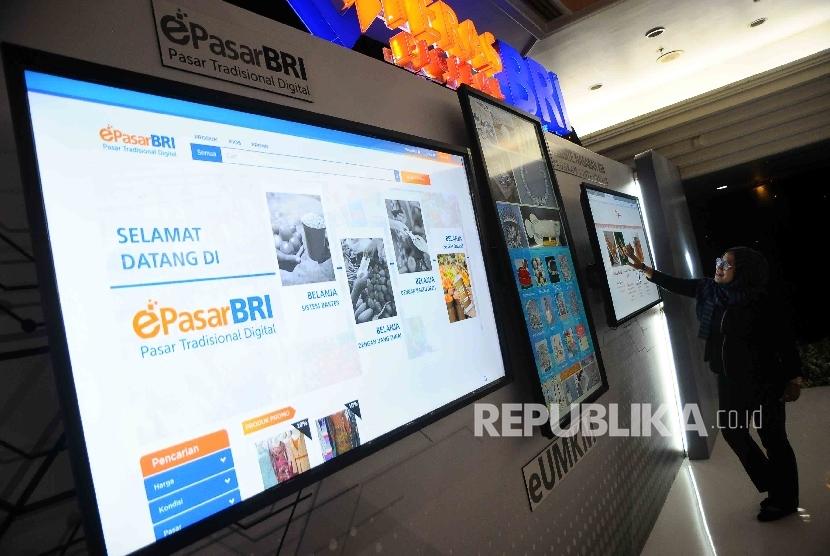 Pekerja melihat menu layanan melalui layar sentuh digital BRI di Gedung BRI, Jakarta, Selasa (1/11).
