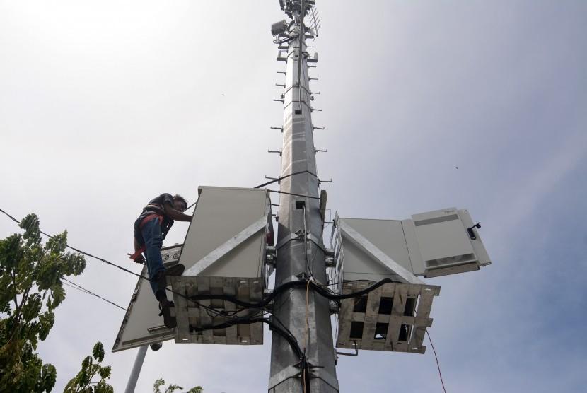 Pekerja memasang perangkat untuk mendukung teknologi jaringan seluler Fourth Generation Technology (4G) di salah satu Based Tranceiver Group (BTG) di Palu, Sulawesi Tengah, Selasa (17/5).