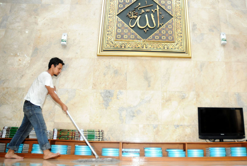 Pekerja membersihkan lantai sebagai persiapan menjelang bulan suci Ramadhan di Masjid Sunda Kelapa, Jakarta, Rabu (18/7). (Aditya Pradana Putra/Republika)