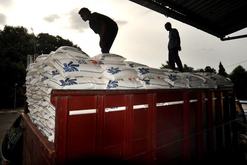 Pekerja memeriksa beras sejahtera (rastra) yang akan dibagikan kepada keluarga miskin. (ilustrasi)